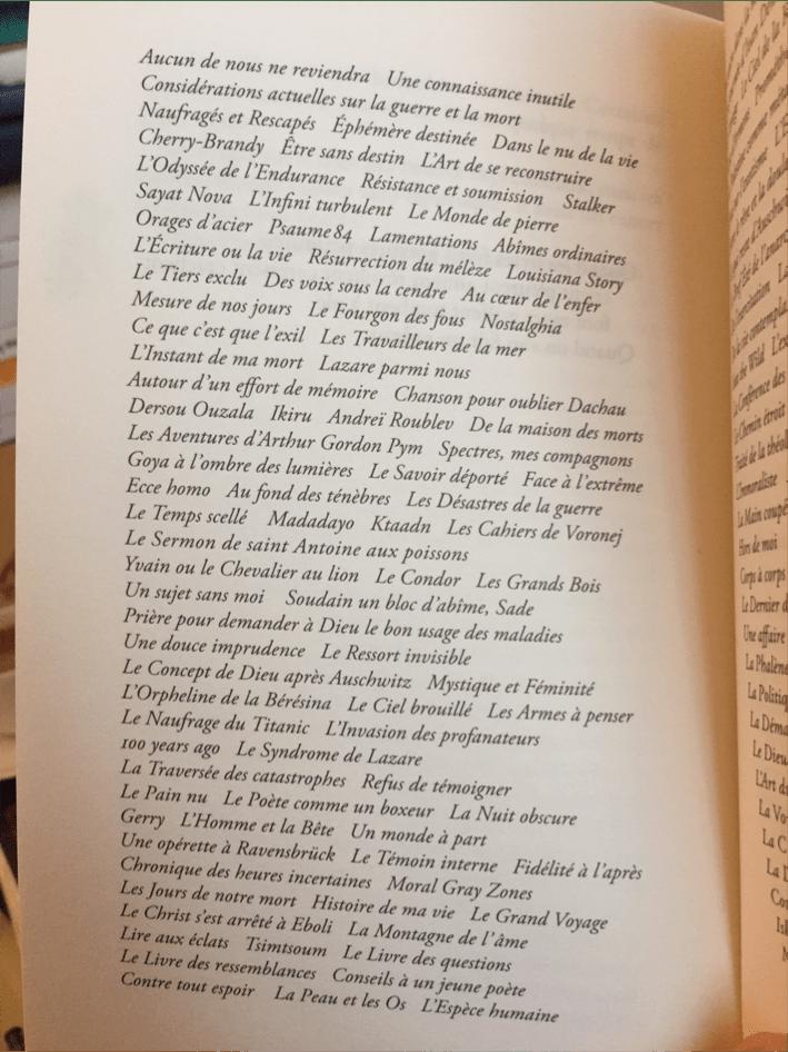 Le poème suspendu des titres dans La Voix écrite