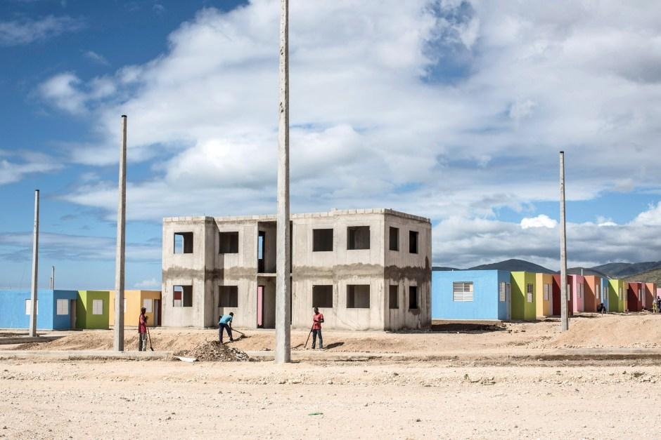 © Corentin Fohlen/ Divergence. Lumane Casimir, Haiti. 25 mai 2013. Le village Lumane Casimir, anciennement nomme Morne-a-Cabris est l'un des rares projets de logements privatifs mis en place par le gouvernement haitien.Installe a plus de 15 kilometres de la capitale, loin de toutes infrastructures et travail, les premiers habitants qui s'y sont installes sont decus des promesses que l'on leur avait annoncees.
