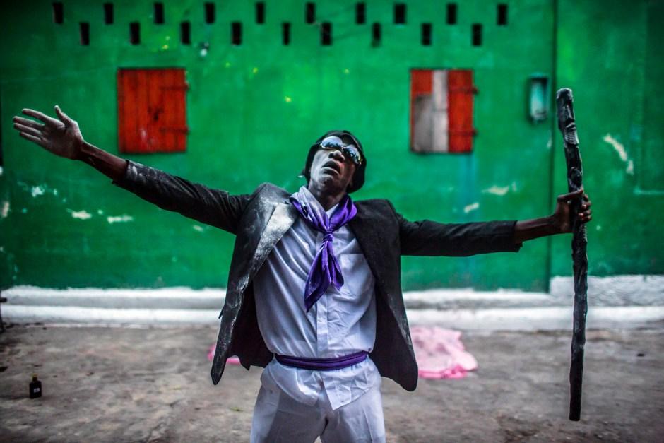 © Corentin Fohlen/ Divergence. Port-au-Prince, Haiti. 2 novembre 2015. Ceremonie des Guedes a l'occasion de la Fete des Morts. Un homme possede par le Loa Guede. Son nom de Guede est Tipi Lakwa