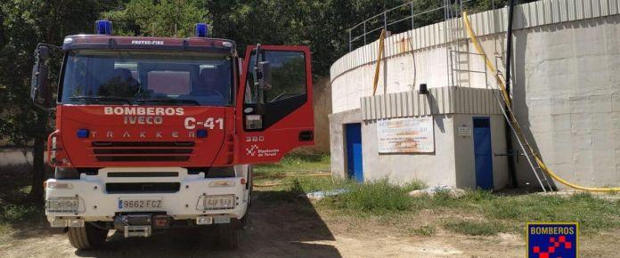 Bomberos de Teruel trasladando el agua