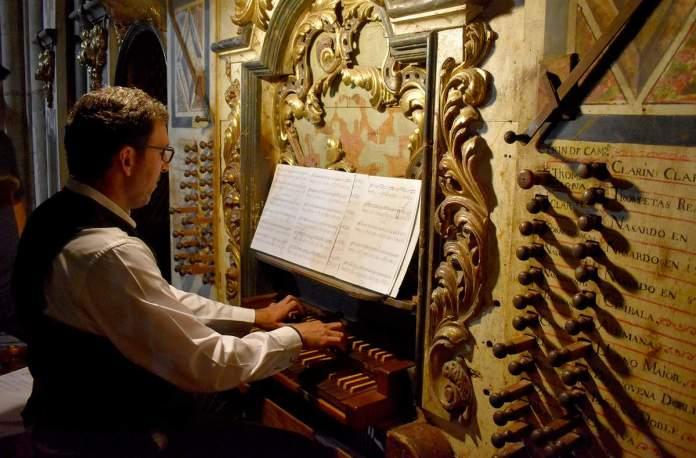 Organista durant el festival