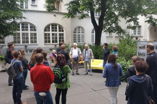 Stadtteiltour im Hof des Gemeindebaus Schlingerhof (CC) Gebietsbetreuung Nord