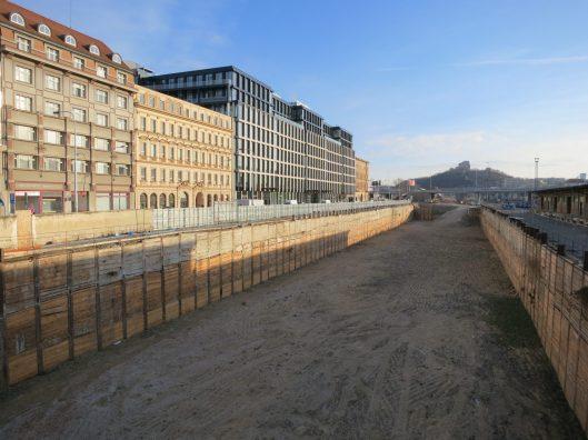 Baugrube neben dem Kopfbahnhof Masaryk (CC) Claudia Marschall