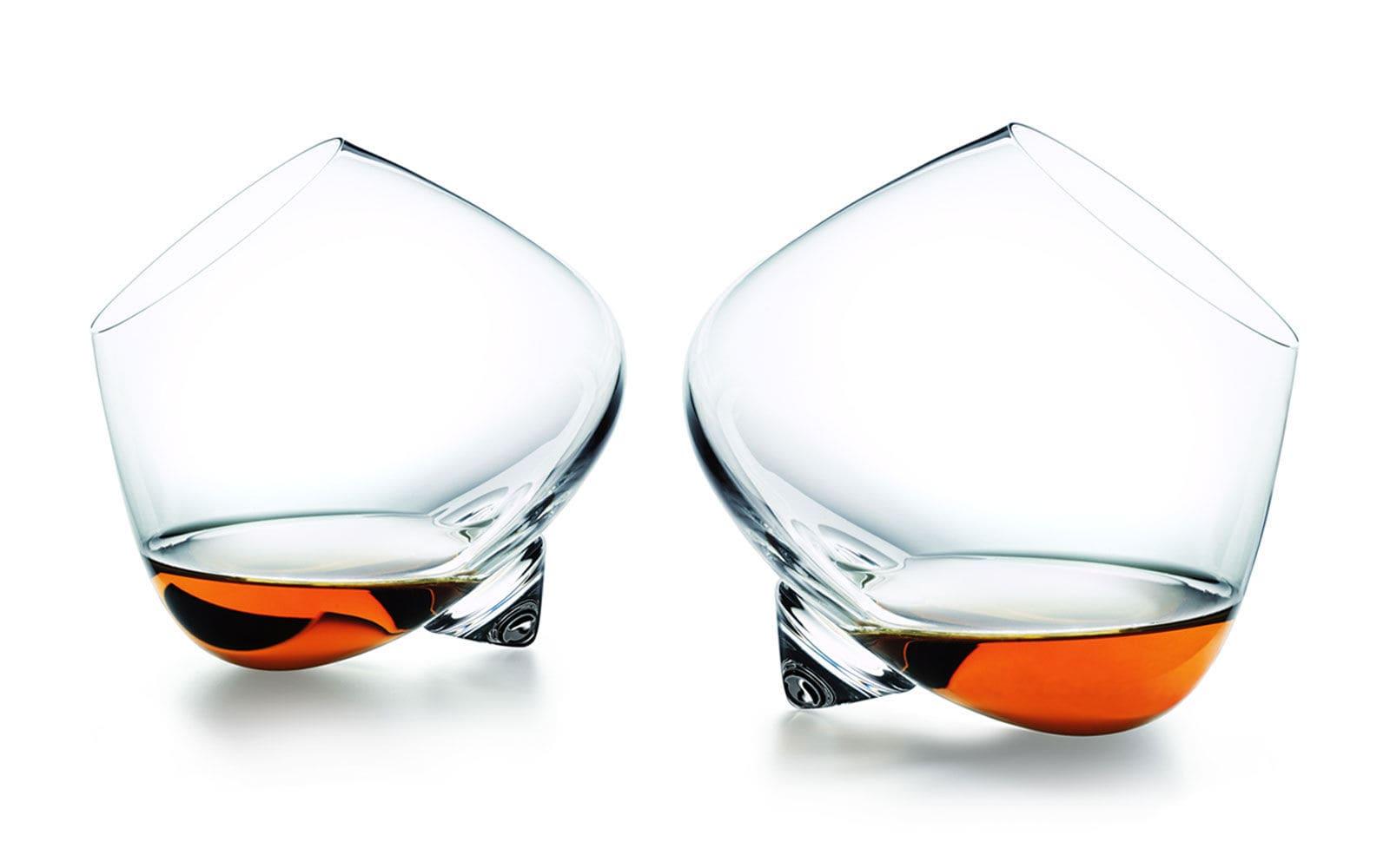 El consumo de alcohol es menor en vasos rectos que en los que tienen la boca inclinada hacia fuera