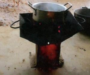 鍋を火にかけ、スープを煮込んでいる