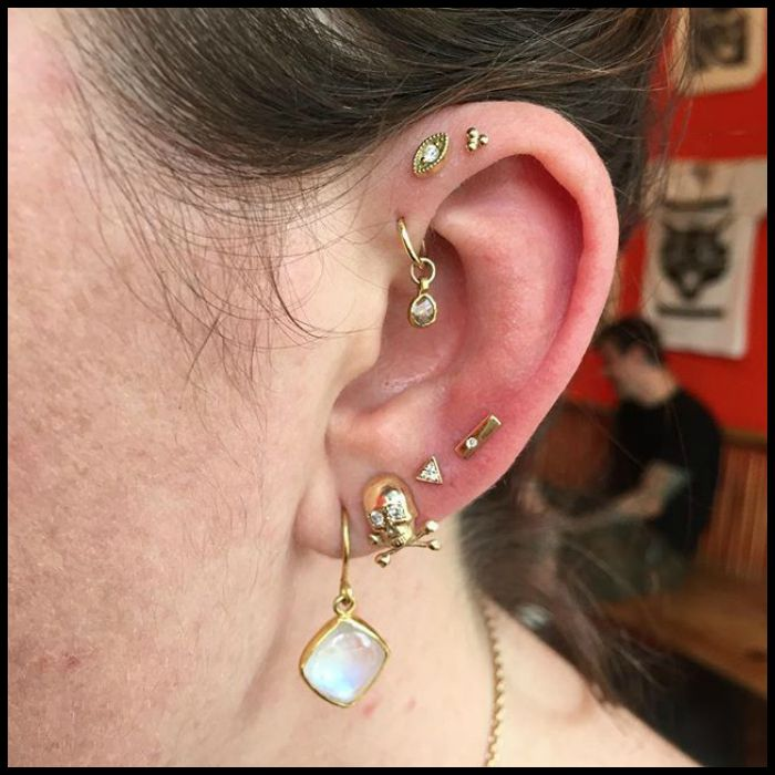Right ear assortment of gold ear piercings on Alyssa of The Jewelry Altar; photo and piercings by @cassisoclassy (on Instagram).