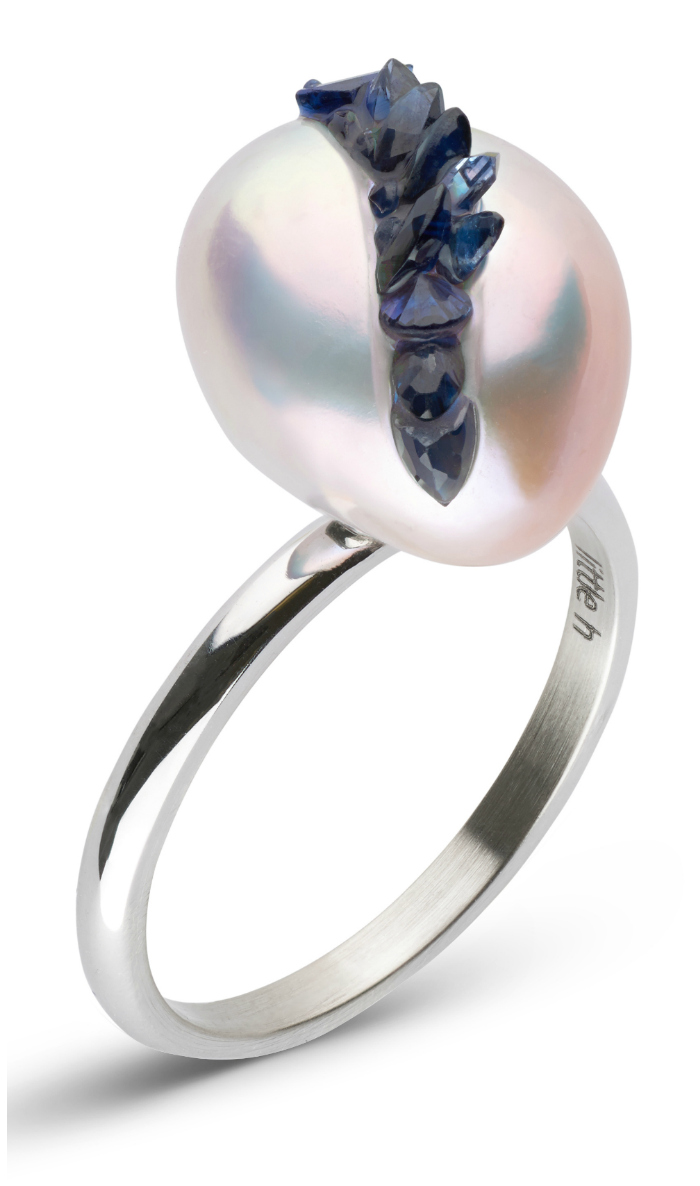 A beautiful pearl ring from the little h Spiral collection. The pearl is set with sapphires!!