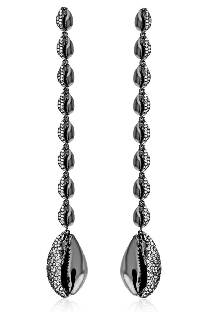Le Cauri black gold and diamond earrings by ALMASIKA. This motif is inspried by the cowrie shell.