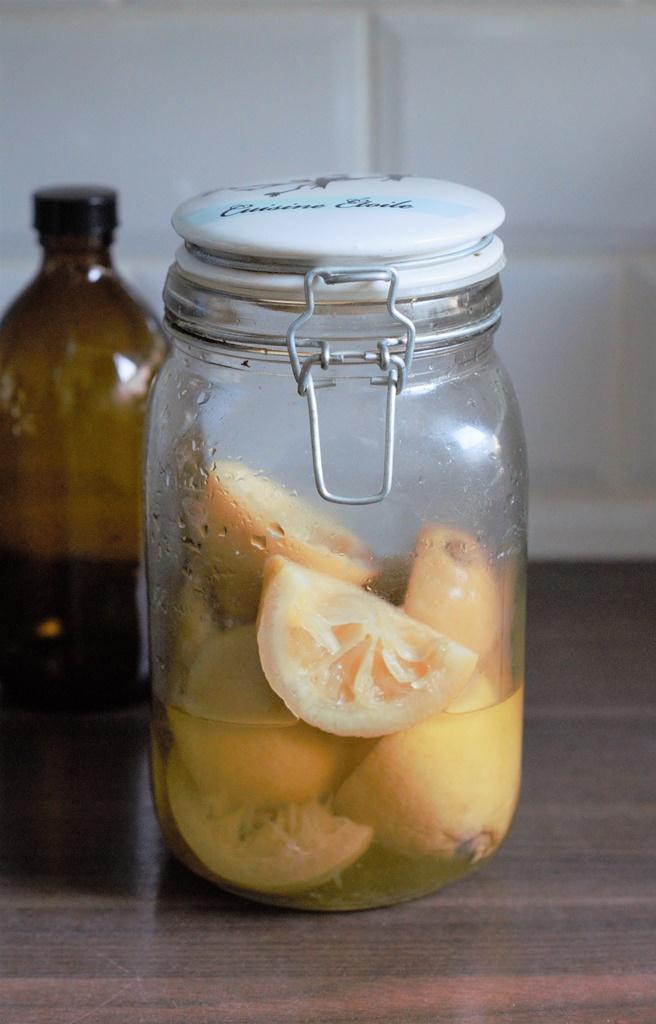 Küchenreiniger mit Essig und Zitrone