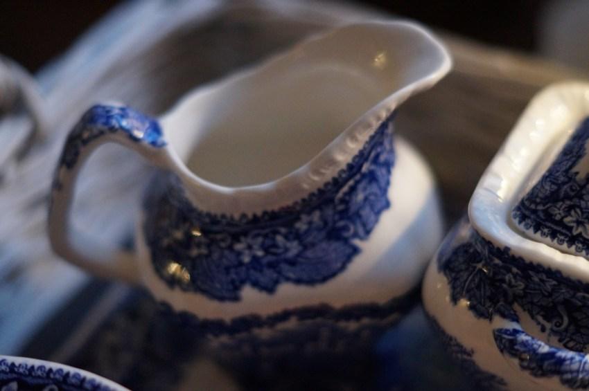 blau weißes Milchkännchen