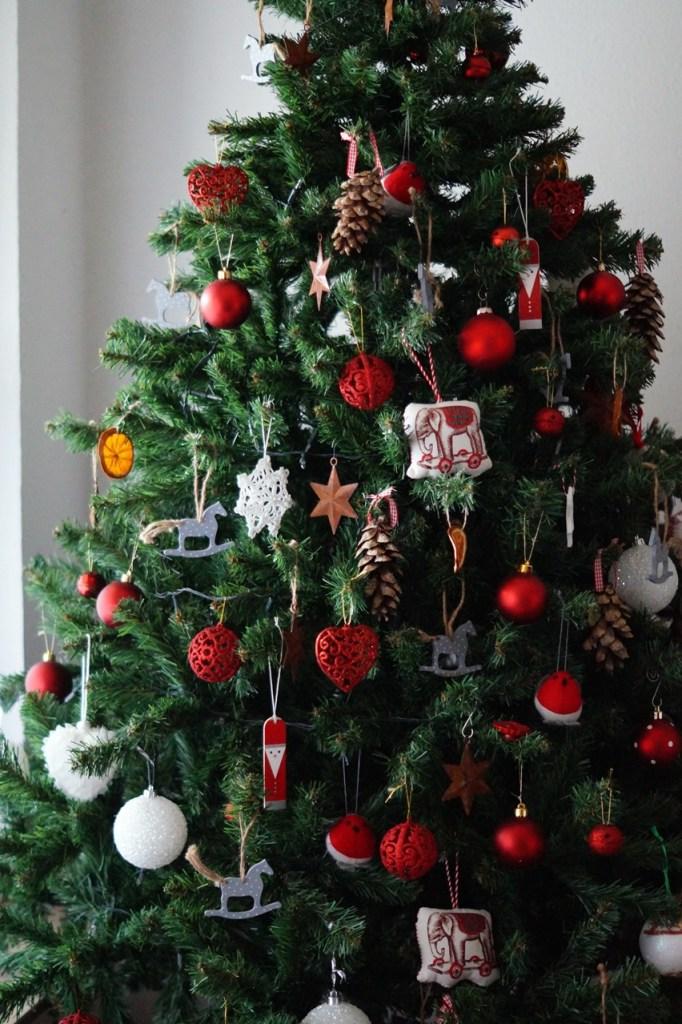 nostalgisch geschmückter Weihnachtsbaum