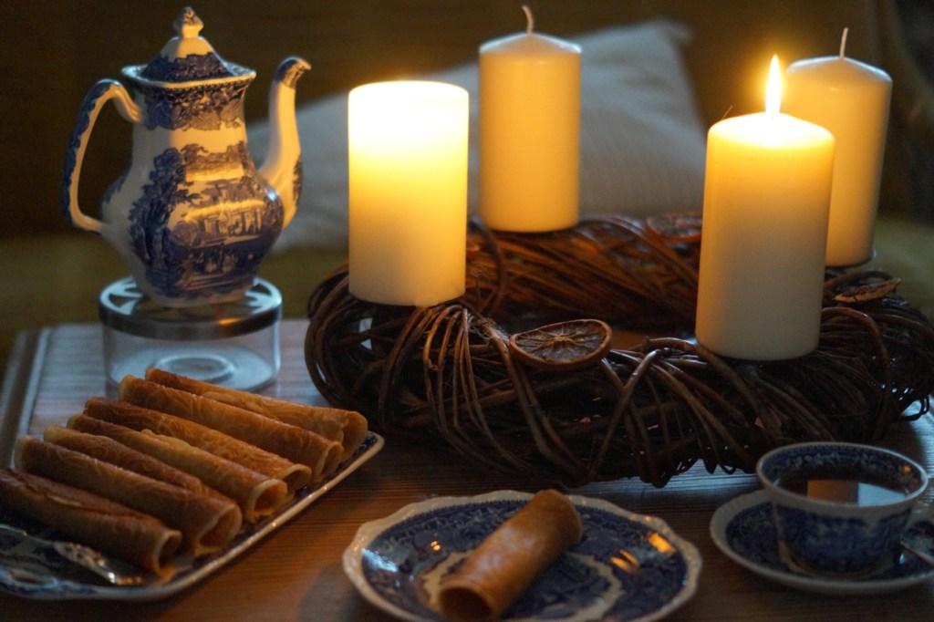 Ostfriesische Krüllkuchen und Tee zur Weihnachtszeit