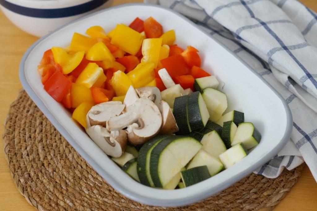 klein geschnittenes Gemüse in einer Emaille Form