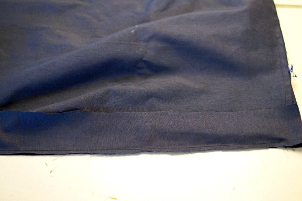 Ein festgenähter Streifen Stoff liegt auf dem Tisch