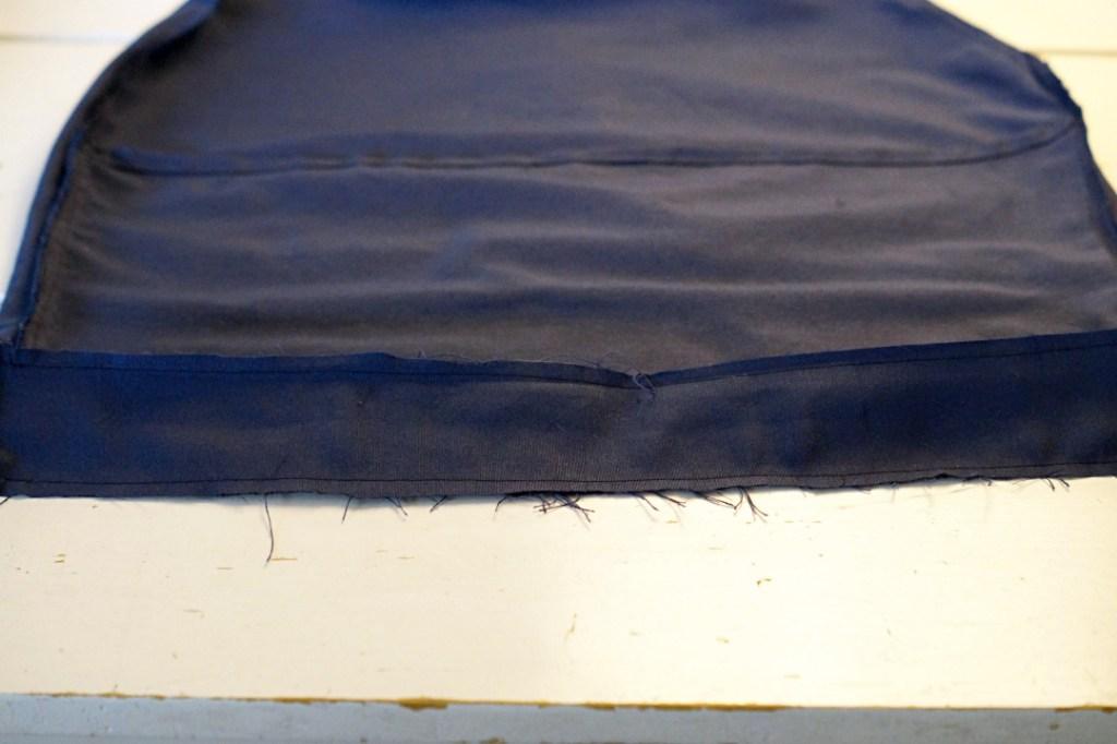 Ein fertig genähter Polsterbezug liegt auf dem Tisch