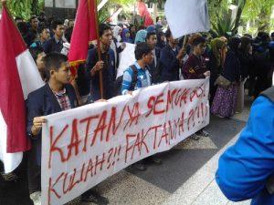 Aksi Mahasiswa UB Tolak UKT