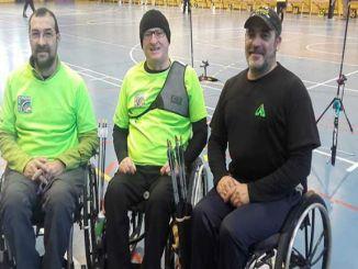 esportistes discapacitat tir amb arc adaptat