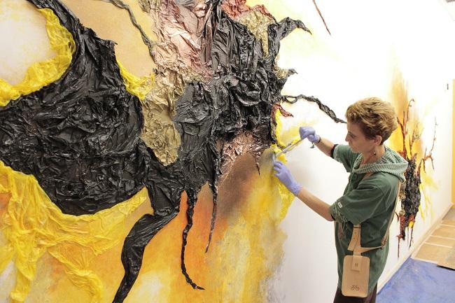 """L'artista amb ceguesa Kelly Arrontes inicia la pintura mural """"L'origen de la vida"""" al Parc Científic de Barcelona"""