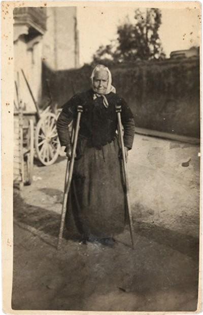 Maria Oliveras Closa, la Maria Negra, al carrer de La Gleva. Fotografia cedida per Pep Arisa.