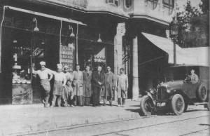 Camil Cortacans, els treballadors i el xofer, davant de la pastisseria al carrer de Craywinckel, 24, l'any 1924.