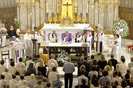 Sebastià Taltavull, bisbe auxiliar de l'arxidiòcesi de Barcelona, presideix la solemna missa en record d'Isa Solà. A la imatge destacada, vista general de la capella de Jesús-Maria. Fotografies de Javier Sardá