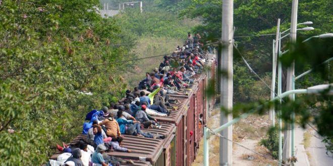 "Migrantes se dirigen a la frontera subidos al tren llamado la ""bestia¨"