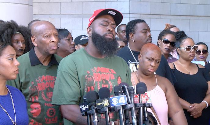 Padre de Michael Brown Jr. pide justicia por la muerte de su hijo en el quinto aniversario de Ferguson 3