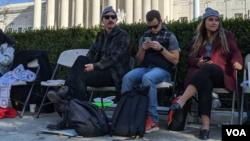 Varios beneficiados con DACA acampan en las afueras de la Corte Suprema de Justicia, esperando que se de una resolución a favor.