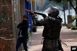 Colombianos continúan cacerolazos durante la noche 11