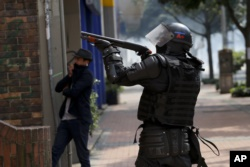 Colombianos continúan cacerolazos durante la noche 12