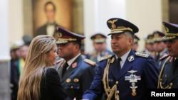 La presidenta interina Jeanine Añez asiste a una ceremonia militar con miembros del ejército de Bolivia el 13 de noviembre de 2019.