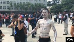 Estudiantes utiliza su cuerpo para enviar su mensaje. Foto: Álvaro Algarra - VOA.
