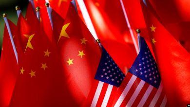 Banderas Rojas de China junto a la de EEUU
