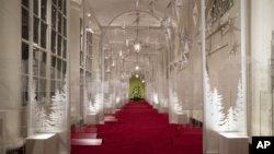 """La Columnata Este está decorada con una línea de tiempo de diseño, innovación y arquitectura estadounidense durante la exhibición de decoraciones de Navidad de 2019 en la Casa Blanca, el lunes 2 de diciembre de 2019, en Washington. El tema de este año es """"El espíritu de América"""". Foto AP / Alex Brandon."""