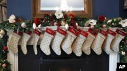 Las decoraciones navideñas, incluidas las medias con los nombres de la familia Pence, se ven en la residencia del vicepresidente, el lunes 2 de diciembre de 2019, en Washington. (Foto AP / Jacquelyn Martin).