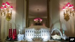 La Casa Blanca hecha de pan de jengibre también presenta hitos de todo el país en el State Dinning Room durante la vista previa de la exhibición de Navidad de 2019 en la Casa Blanca, el lunes 2 de diciembre de 2019, en Washington. (Foto AP / Alex Brandon).