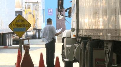 Cuando los transportistas reciben resultado de sus pruebas de COVID-19 y son negativas pueden continuar hacia su destino en Costa Rica y Centroamérica. [Foto: Alexis Castro].