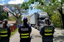Policías costarricenses mantienen un retén cerca de la frontera con Nicaragua para intengar contener la entrada ilegal de refugiados.