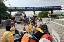 Migrantes venezolanos regresan a su país, a través de Cúcuta, la frontera entre Colombia y Venezuela. [Foto: Hugo Echeverry, VOA]