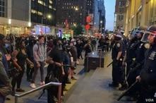 Policías y manifestantes en NY
