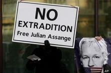 El fundador de WikiLeaks Julian Assange compareció brevemente el lunes en un tribunal británico, tratando de evitar su extradición a Estados Unidos donde está acusado de espionaje. Foto, AP.