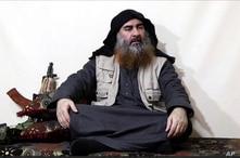 Esta imagen tomada de un video en un portal de militantes el lunes 29 de abril de 2019, presuntamente muestra al líder de ISIS Abu Bakr al-Baghdadi, siendo entrevistado por Al-Furqan un medio militante. Es su primer video desde junio de 2014.