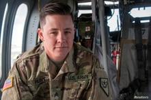El sargento de la Guardia Nacional del Ejército de Nevada, Sam Hunt, electricista de la Compañía G, 2 / 238º Batallón de Aviación de Apoyo General, en la línea de vuelo del Centro de Apoyo de Aviación del Ejército en Stead, Nevada, el 12 de mayo de 201...