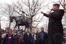 En esta foto de archivo, el reverendo Jesse Jackson, habla frente a la estatua del general confederado Robert E. Lee, en Baltimore, Maryland, el 15 de mayo de 2001.