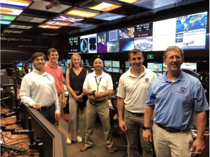 Erin y Kelly con pasantes en el Centro de integración de operaciones de carga útil (POIC) del Centro Marshall de Vuelos Espaciales en Huntsville, Alabama, en el verano de 2019 durante la pasantía de Erin.