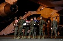 Soldados de la Marina de Estados Unidos trasladan el féretro con los restos mortales del sargento Christopher Slutman, uno de los tres soldados estadounidentes asesinados por una bomba caminera en Afganistán, el 11 de abril de 2019.