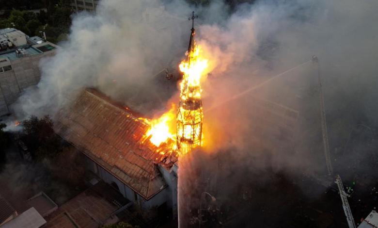 Chile: Manifestantes protagonizan saqueos y queman iglesias a un año del estallido social 1