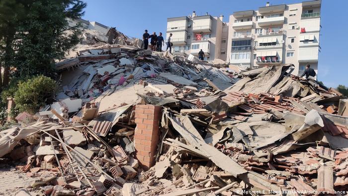 Una decena de muertos y cientos de heridos dejó terremoto de 7 grados en Turquía 1