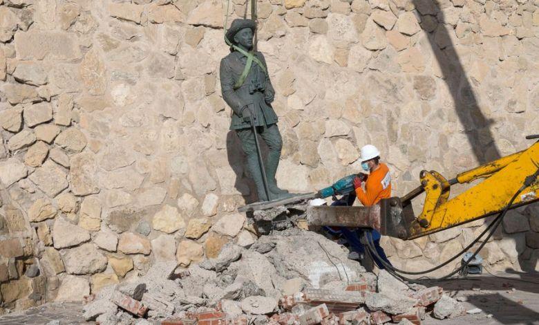 España retiró la última estatua del dictador Francisco Franco que quedaba en pie 1