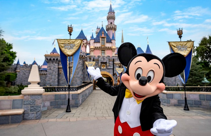 California anuncia que reabrirá Disneylandia en abril 1